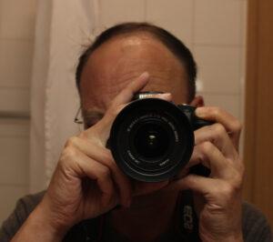 Websitebetreiber hinter Kamera